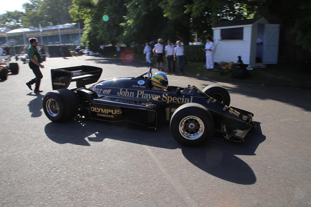 F1パドックから続々とコースインするクルマたち。