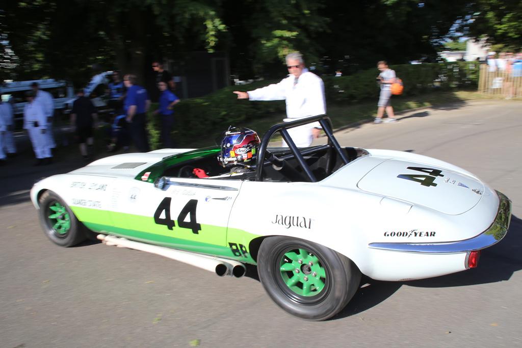 山内さんは今回、1974年式ジャガーEタイプをドライブ。V12の爆音を響かせコースに出ていきました。