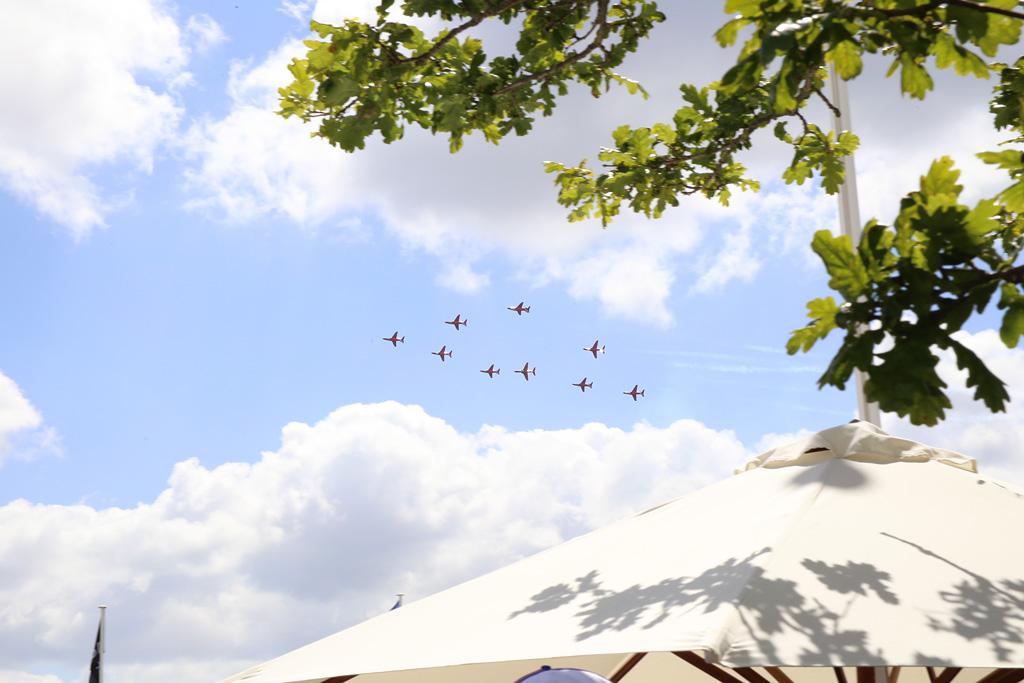 頭上から耳をつんざく轟音が響いたら、アクロバット飛行の始まりです。